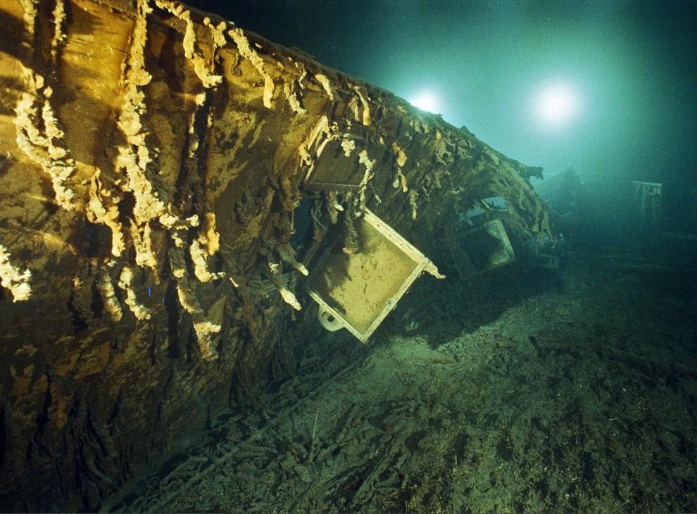 """5) Уцелевшее оконное стекло окна каюты капитана Эдварда Дж. Смита на """"Титанике"""", который лежит на глубине в две с половиной мили (четыре километра) в северной части Атлантического океана."""