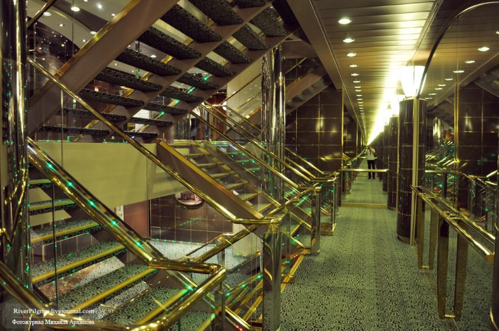 6) Конечно, пару-тройку палуб можно и по лестнице проскакать, но подниматься с 4 или 5 палубы на 12-13 - удовольствие не всегда приятное и быстрое.