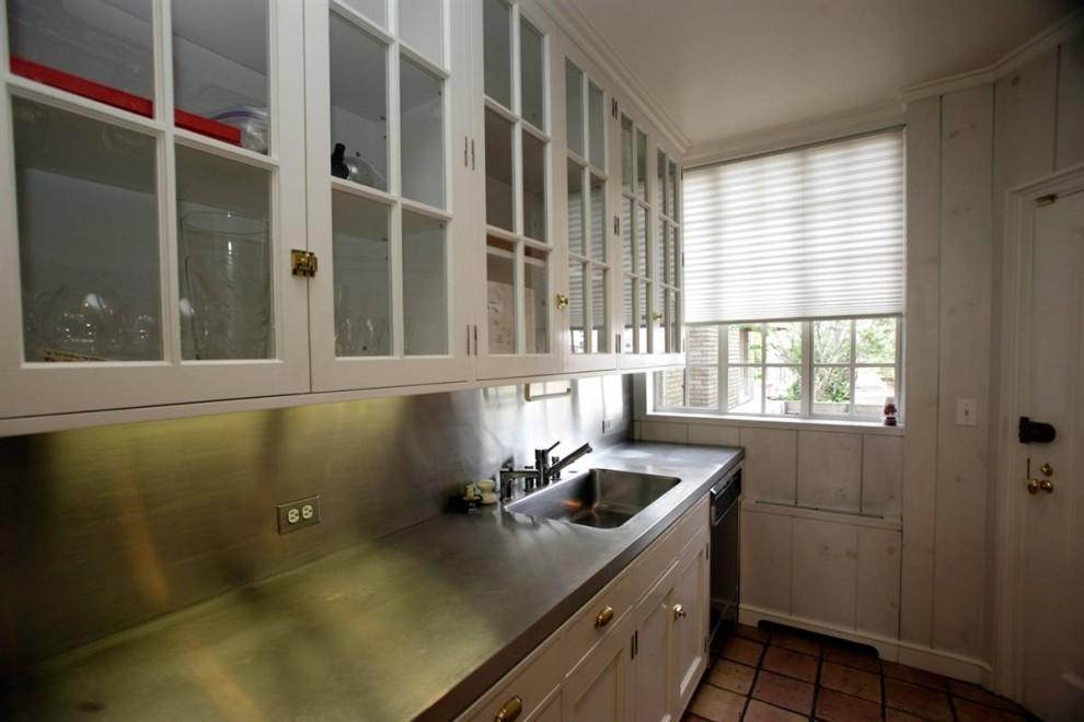 """6.На кухне можно найти стол из нержавеющей стали и мрамора, а в шкафчиках стаканы из хрусталя """"Baccarat""""."""
