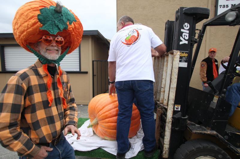 6) Пол Рис из Сан-Луис-Обиспо, штат Калифорния в тематической шапке на Конкурсе на самую большую тыкву в Хаф Мун Бей 12 октября 2009 года. 752 килограммовый гигант из Айовы выиграл конкурс и будет выставлен на Фестивале в Хаф Мун Бей, который пройдет 17-18 октября. (UPI/Terry Schmitt)