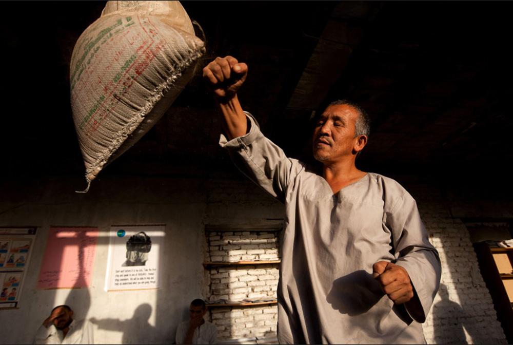 6) Ахамад Шах боксирует во время занятий физическими упражнениями в рамках программы реабилитации в центре лечения наркозависимых в Кабуле 29 сентября. (Paula Bronstein/Getty Images)