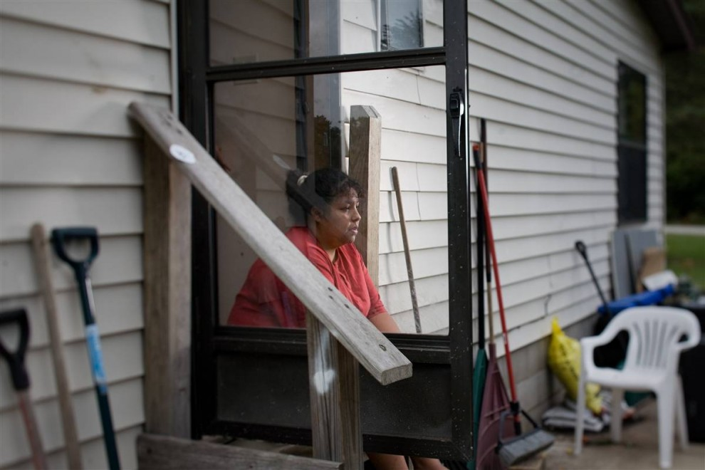 6. Берта Гарсия сидит на ступеньках своего дома 22 сентября. Она потеряла работу год назад, и ее счета – особенно медицинские – начали накапливаться. В конце октября она оказалась лицом к лицу с лишением права на дом.  «Я потеряла работу и медицинскую страховку», - говорит 39-летняя Гарсия. Этот двойной удар по ее карману привел к тому, что ей придется лишиться дома, в котором она прожила 5 лет.  Мать с тремя детьми, она заплатила 1600 долларов, пытаясь попросить ипотекодержателя изменить заем, но этого так и не произошло.  Ее совет: «Попытайтесь выплачивать ипотеку в первую очередь. Потому что из-за одного неоплаченного счета вы можете потерять все, в том числе и ваши мечты». (James Cheng/msnbc.com)