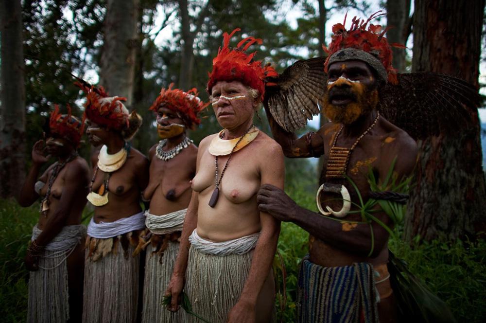6. Фото с церемонии выкупа невесты в поселке провинции Чимбу, Папуа — Новая Гвинея. (Brent Stirton/Getty Images)
