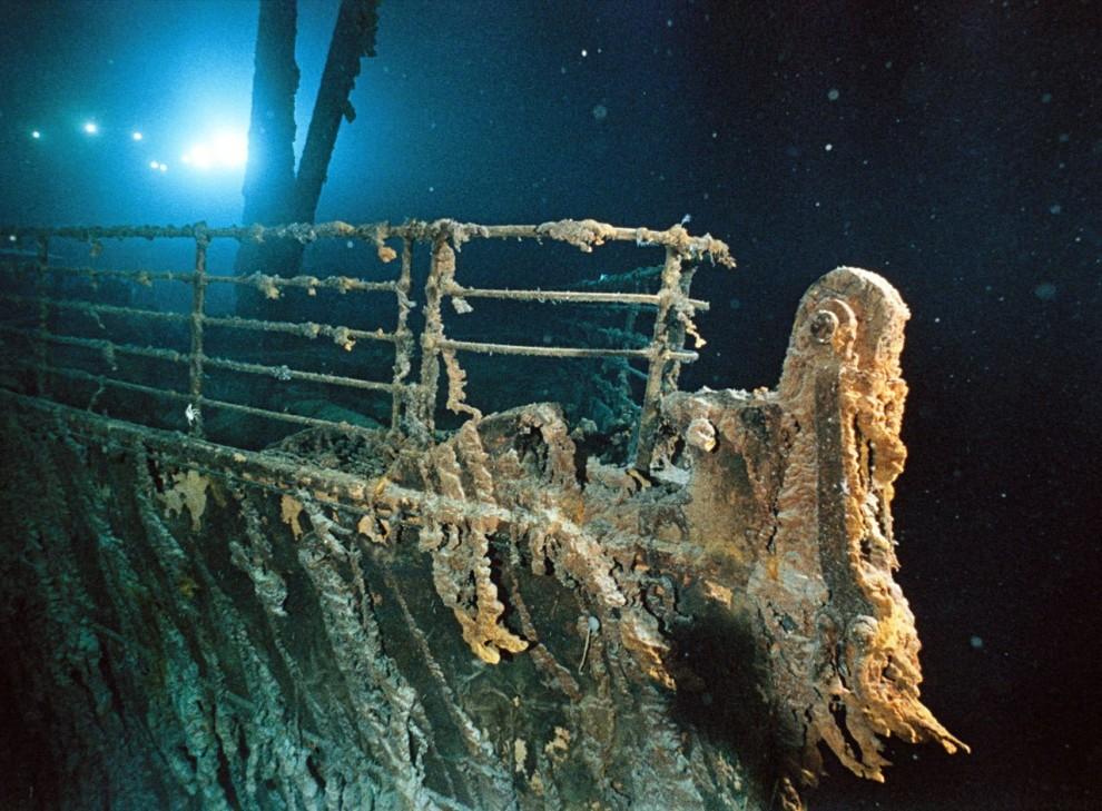 6) Батискаф Мир-1 освещает перила на  Титанике.