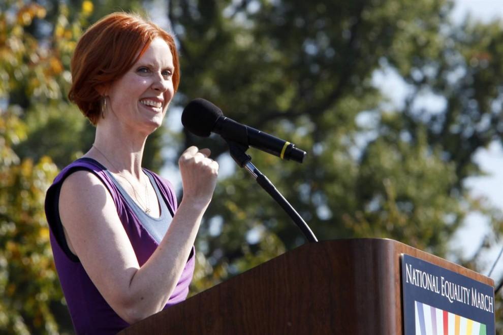 6) Известная своей нетрадиционной ориентацией актриса Синтия Никсон выступает на Марше национального равенства в Вашингтоне, в воскресенье (Jacquelyn Martin/AP)