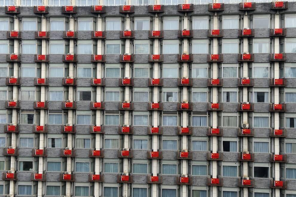 7) Флаги висят на фасаде одного из отелей в городе Ханчжоу, провинция Чжэцзян. (Lang Lang/Reuters)