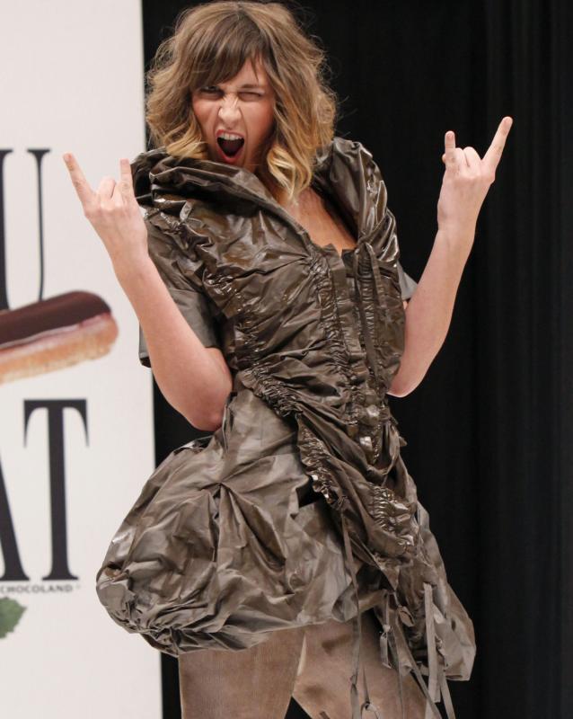 7. Актриса Дафне Бурки в наряде из шоколада на открытии 15-ого ежегодного события «Salon du Chocolat de Paris» в Париже 13 октября 2009 года. (UPI Photo/David Silpa)