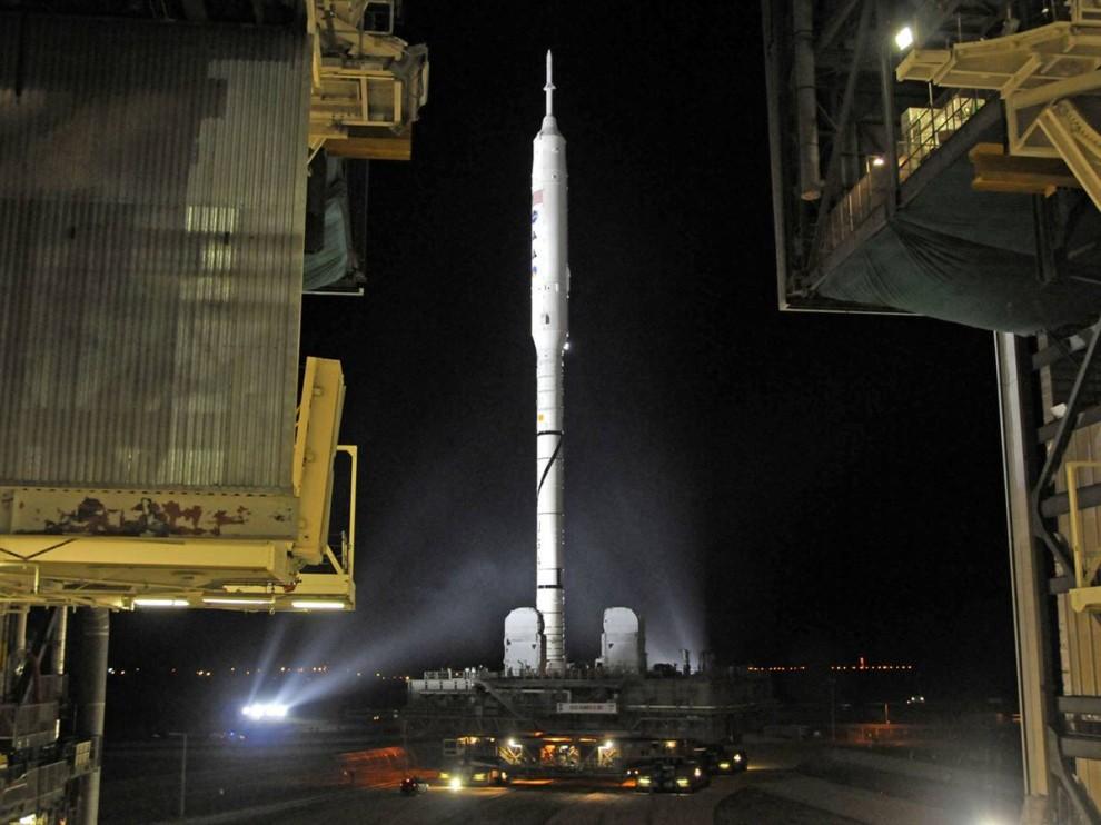 7. Новый тестируемый аппарат Ares 1-X покидает корпус по сбору шаттлов утром 20 октября и направляется на стартовую площадку Launch Pad 39B в Космическом центре Кеннеди во Флориде для своего первого запуска. Ракета Ares разрабатывается для отправки астронавтов в космос после того, как космический флот шаттлов уйдет в отставку. (Bruce Weaver / AFP - Getty Images)
