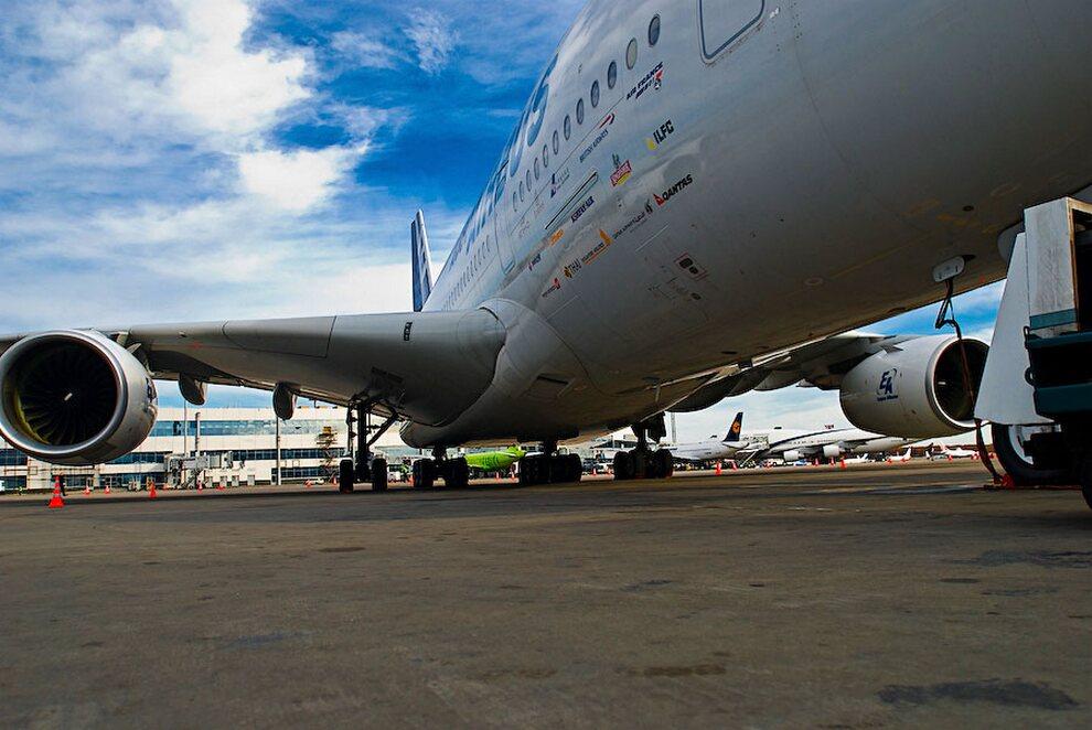 7) Максимальная взлётная масса Airbus А380 — 560 тонн (при том, что масса самого самолёта — 280 тонн). Сегодня это самый большой пассажирский авиалайнер в мире, он превосходит  по вместимости «Боинг-747», который может перевозить до 467 тонн.