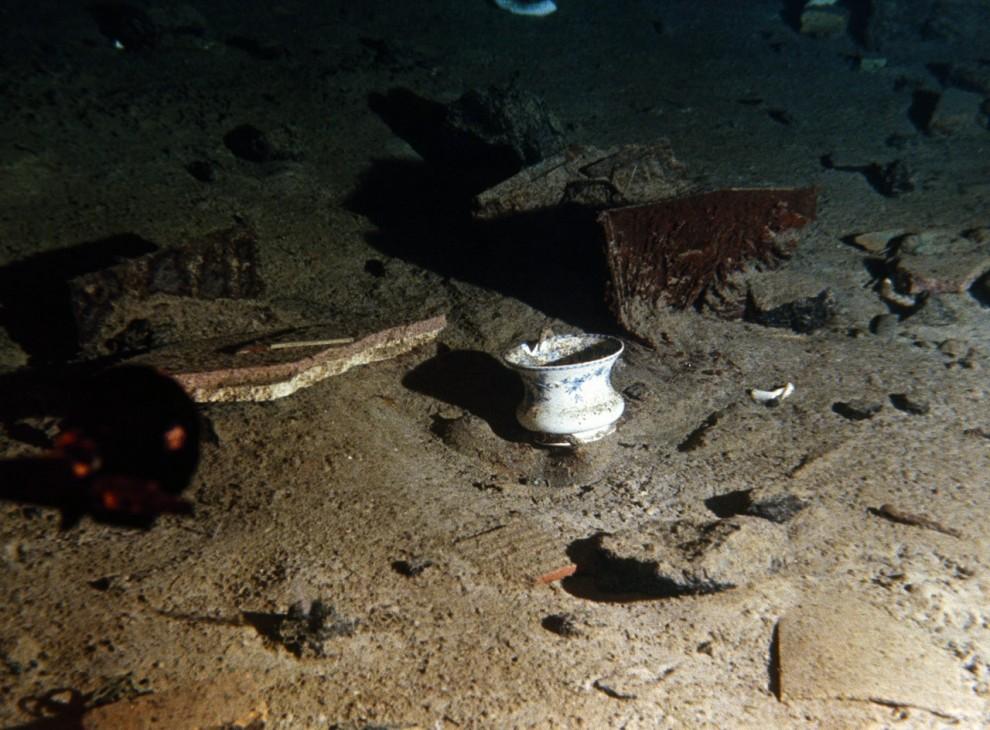 """7) Керамическая чашка и обломки с """"Титаника"""" лежат на дне Атлантического океана у побережья Ньюфаундленда."""