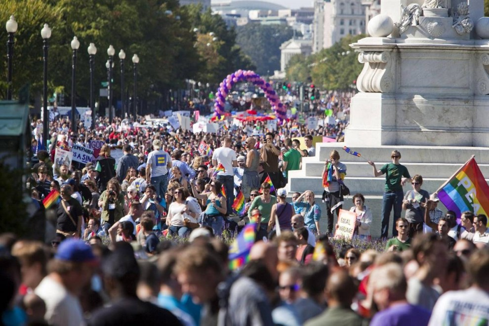7) Тысячи геев и лесбиянок собрались  у Белого дома и Капитолия. (Jim Lo Scalzo/EPA)