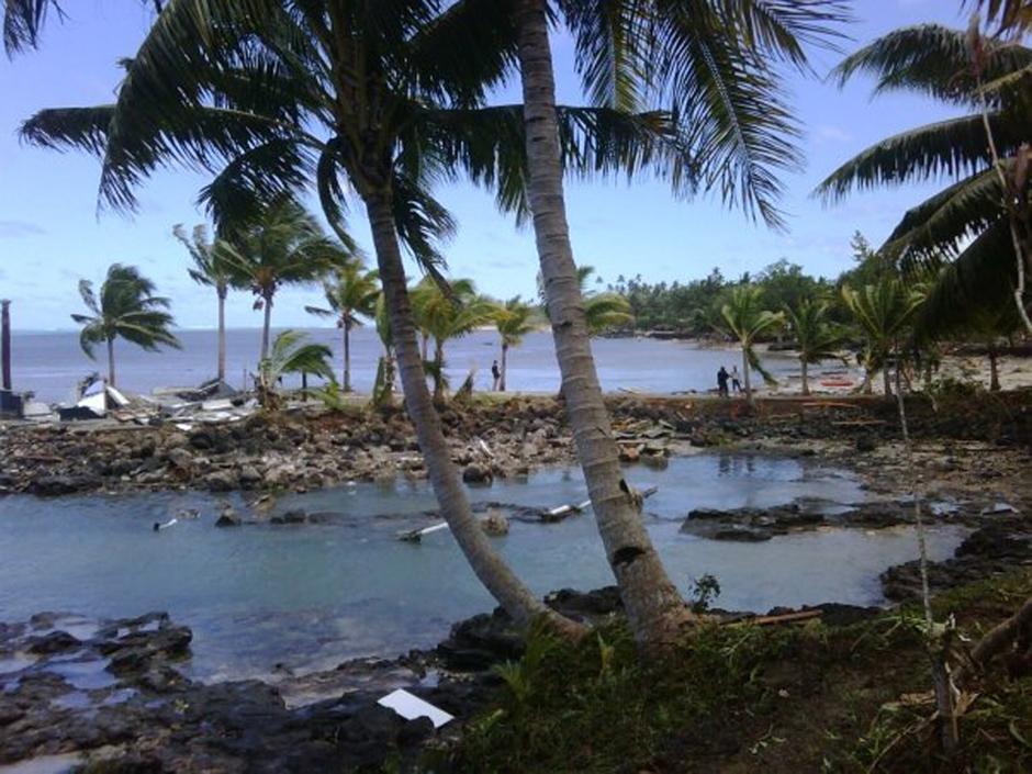 8) Вид на курорт Sinalei, к югу от Апиа, столицы Самоа, после удара цунами.