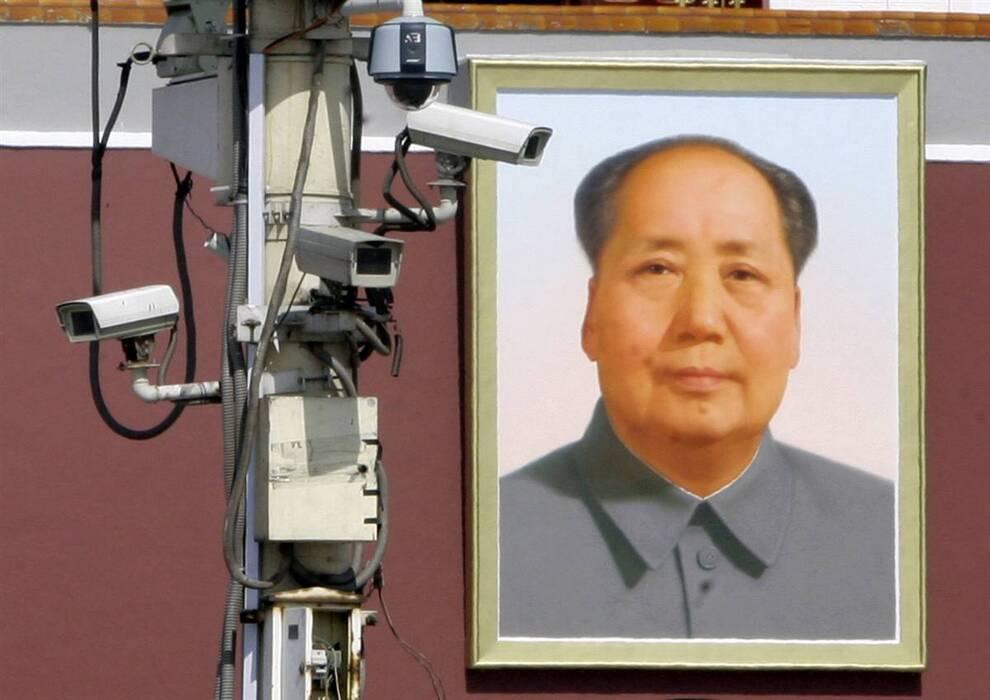 8) Камеры наблюдения, установленные напротив гигантского портрета председателя Мао Цзэдуна на главной площади страны Тяньаньмэнь. (Jason Lee/Reuters)