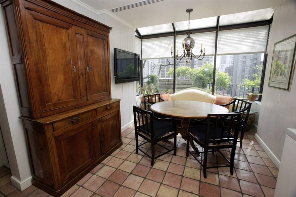 8.На кухне Мэдоффа есть небольшое укромное место для завтрака.