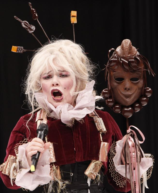 8. Певица Арман Алтаи в наряде из шоколада на открытии 15-ого ежегодного события «Salon du Chocolat de Paris» в Париже 13 октября 2009 года. (UPI Photo/David Silpa)