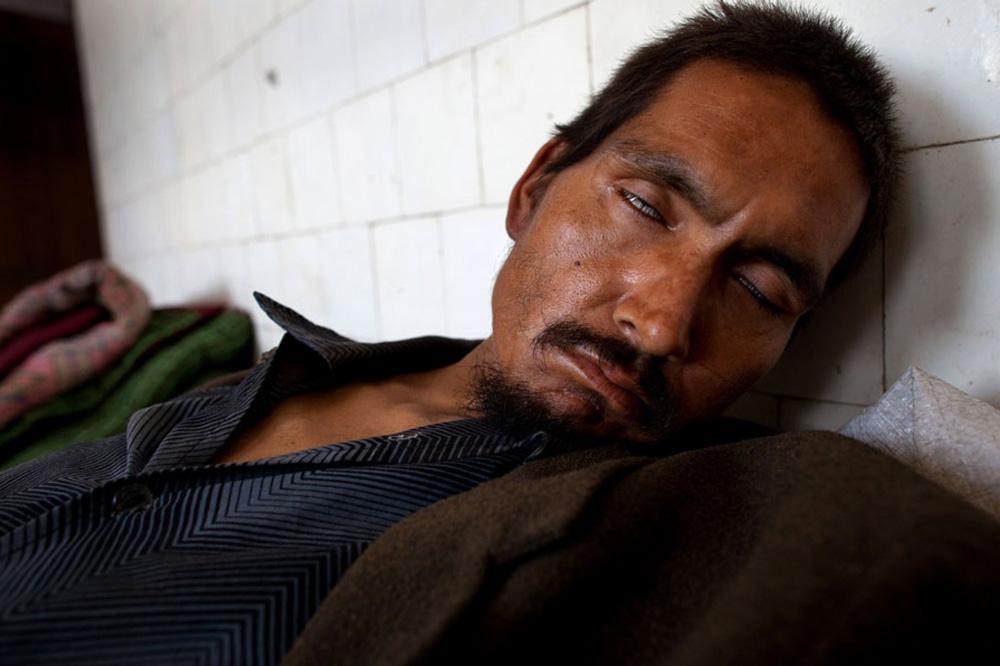 8) Наркоман, под воздействием героина, спит в специальном помещении, отведенном для бездомных. Снимок сделан в кабульском наркологическом реабилитационном центре 29 сентября. (Paula Bronstein/Getty Images)