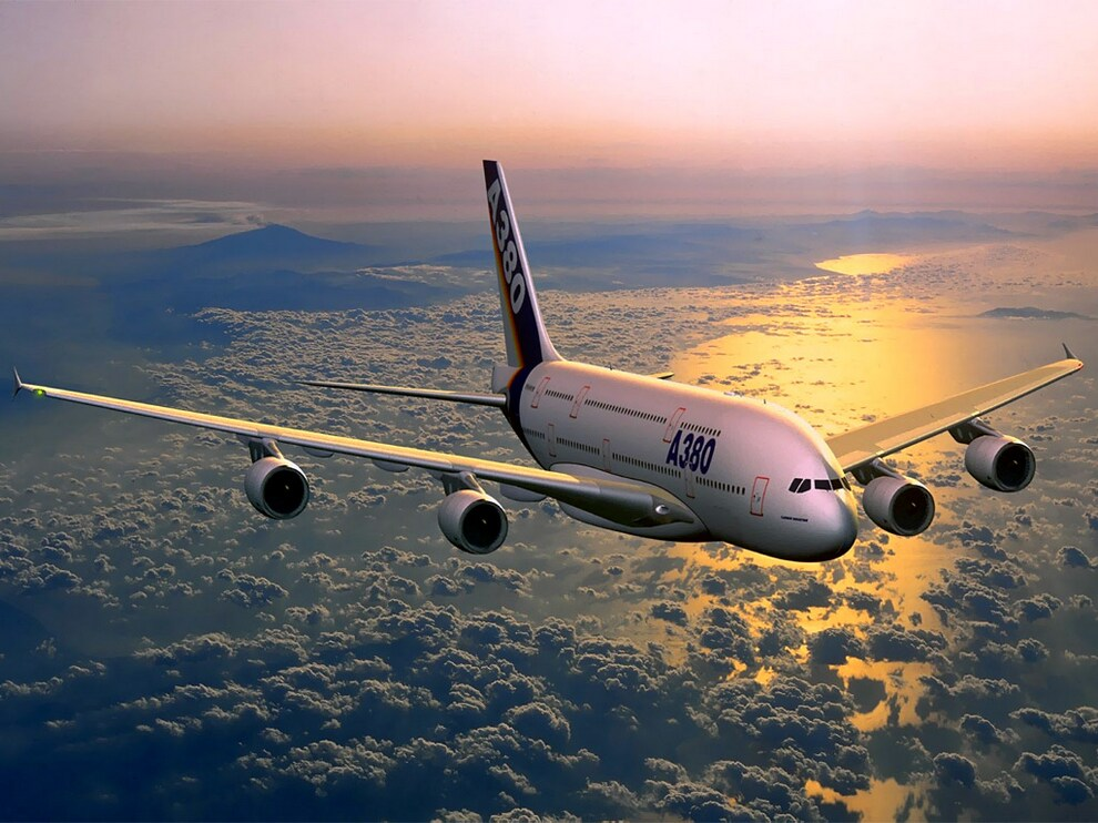 8) В Airbus A380 улучшенная стеклянная кабина и дистанционное управление рулями с помощью электроприводов, связанных с боковой ручкой управления. Устройства отображения информации в кабине экипажа: девять размером 20х15 см взаимозаменяемых жидкокристалических мониторов. Из девяти  мониторов — два индикатора навигационных данных, два основных индикатора полётных данных, два индикатора работы двигателей, один отображает данные о текущем состоянии всей системы в целом и два многофункциональных индикатора.