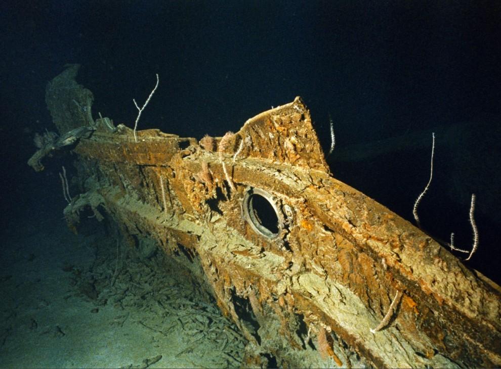 8) Фрагмент корпуса судна на дне океана.
