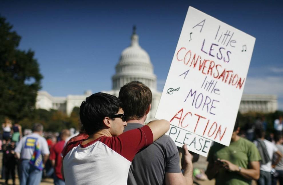 8) Пара геев участвует в демонстрации в Вашингтоне. (Molly Riley/Reuters)