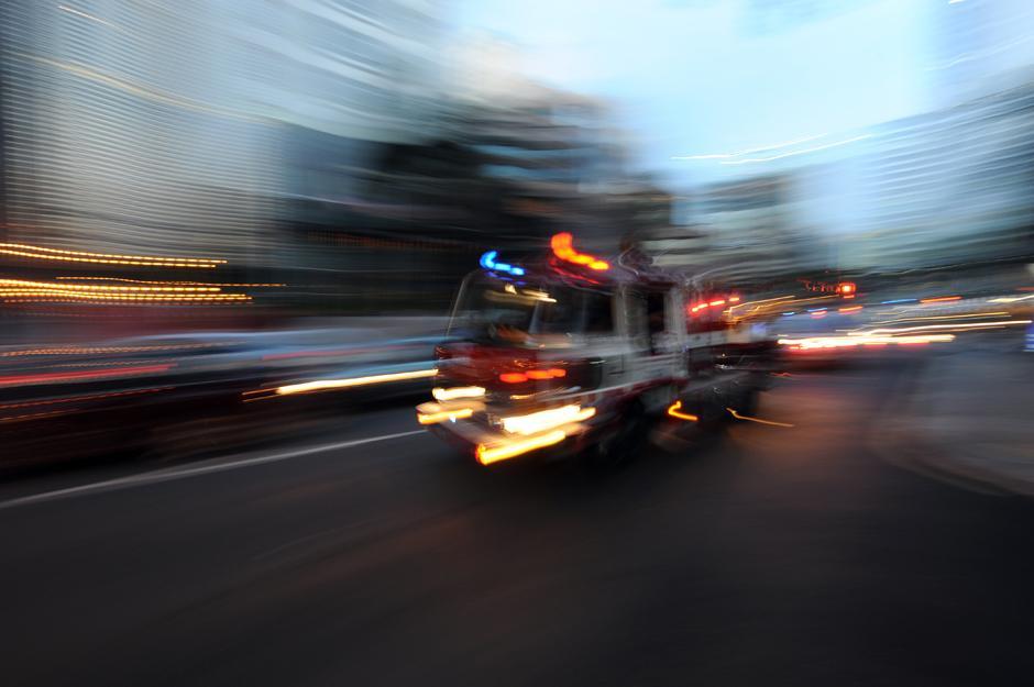 9) Пожарная машина мчится по улице в центре Куала-Лумпур.