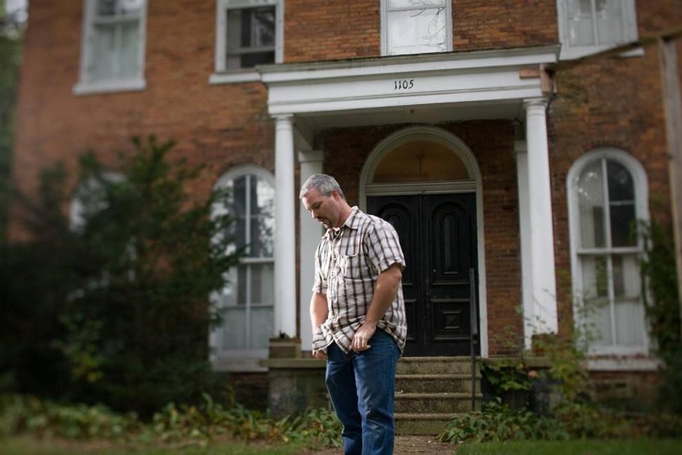 9. Терри Гоньон у своего дома в Элкхарте, в котором он с семьей жил 4 года, пока их не лишили права на имущество в марте этого года.  Он работает строителем, но его рабочие часы составляют не более 10 в неделю. Они с женой и 9 детьми живут в трейлере в Бристоле.  Гоньон выплатил 20 000 долларов ипотеки, которую они взяли на 30 лет, но потом выплаты возросли на 400 долларов. Страховщик отказался покрыть дом, и его кредитор добавил к сумме проценты на «форс-мажорные» обстоятельства.  38-летний Гоньон говорит, что привык работать с людьми, которых знает и которым доверяет. «Получайте залог у местного банка, - советует он. – Не ходите к брокеру». (James Cheng/msnbc.com)