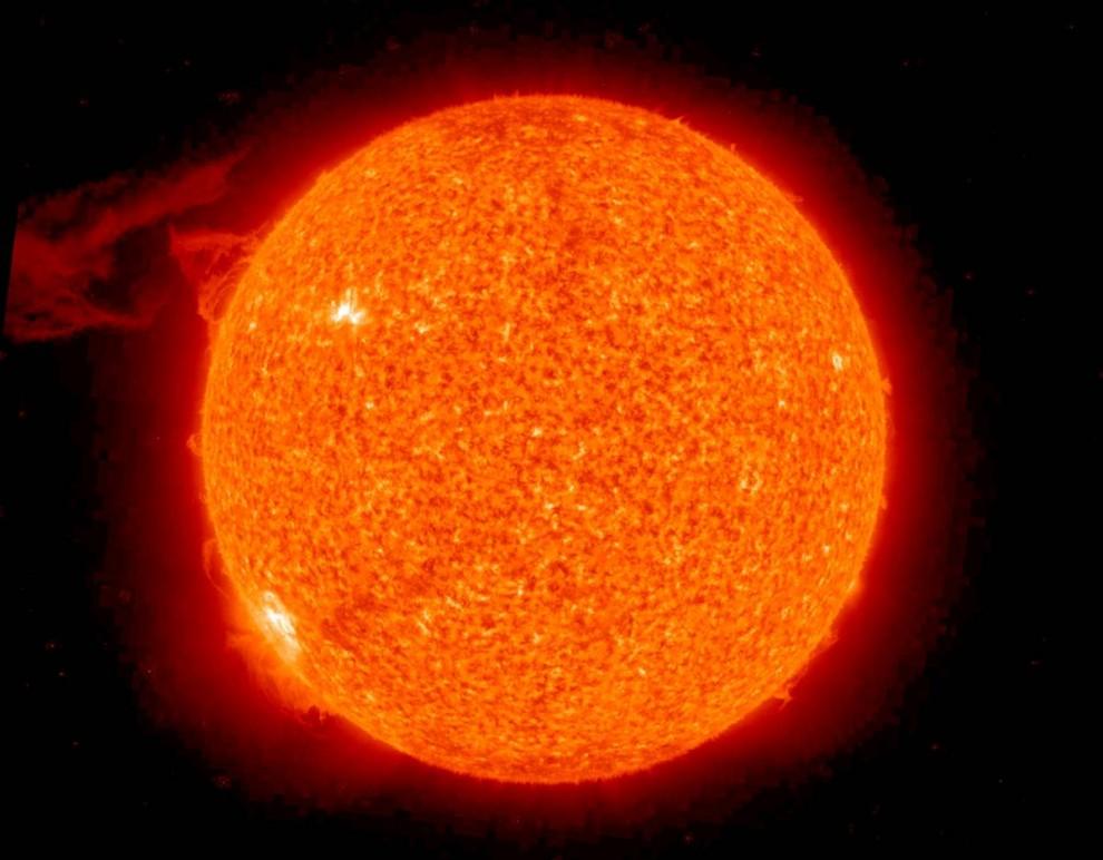 9. Огромная выпуклость проступает с левой стороны солнца на этом снимке, сделанном из 30-часовой записи в ультрафиолетовом спектре космическим аппаратом «СТЕРЕО». Выпуклость, зарегистрированная 26-27 сентября и подпитываемая магнитным полем солнца, была одной из самых крупных, так что ее могли наблюдать оба аппарата обсерватории «СТЕРЕО» в течение долгого периода времени. (NASA)