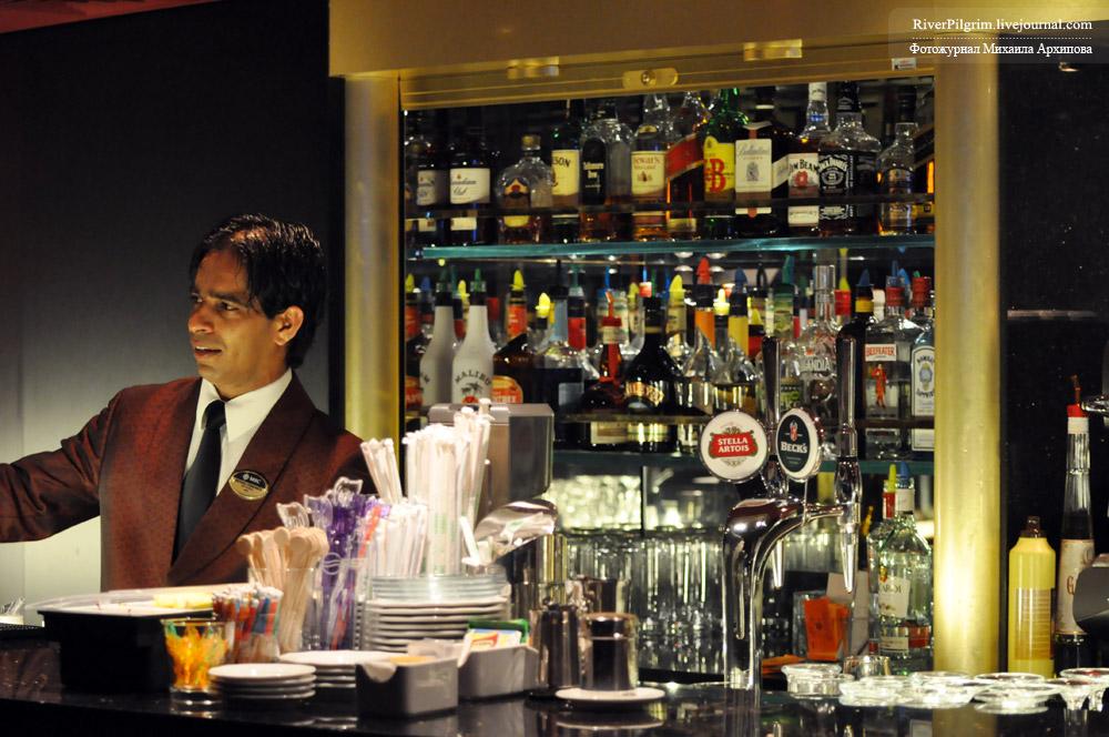 9) В сфере обслуживания, в барах и в магазинах, в основном выходцы с Балкан и Латинской Америки.