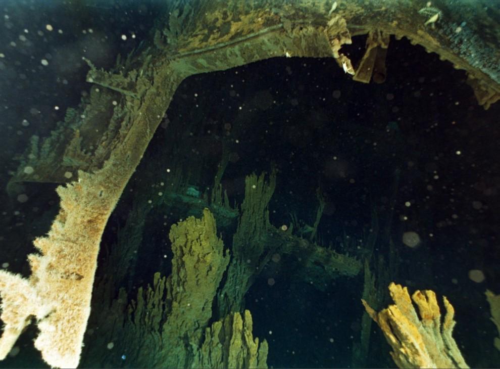 """9) Отверстие в правой стороне корпуса судна – причиной которого, вероятно, стало столкновение """"Титаника"""" с айсбергом 14 апреля 1912 года. От этого удара судно раскололось надвое и затонуло, в результате чего погибли 1,5 тысячи человек."""