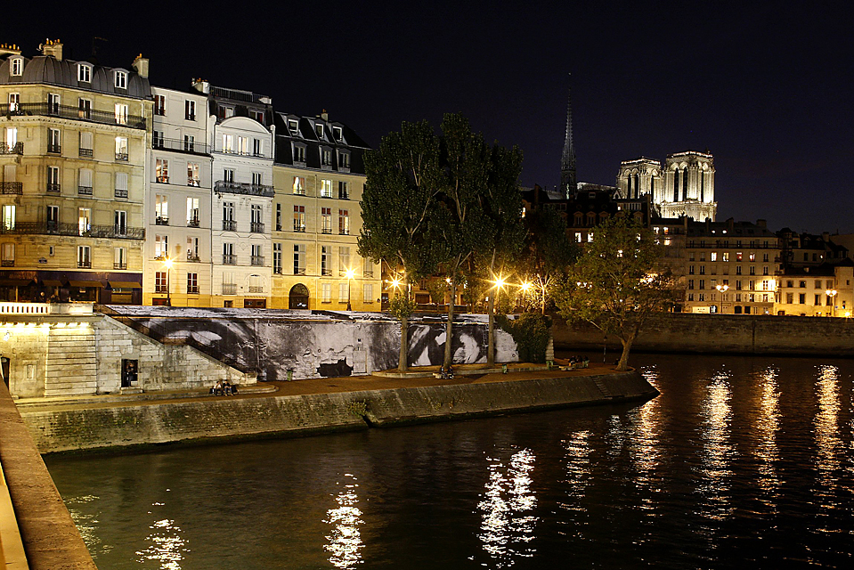 """6) Изображение глаз, которое является частью временной выставки французского фотографа и художника """"Женщины герои"""" на берегу Сены в Париже. (Benoit Tessier/Reuters)"""