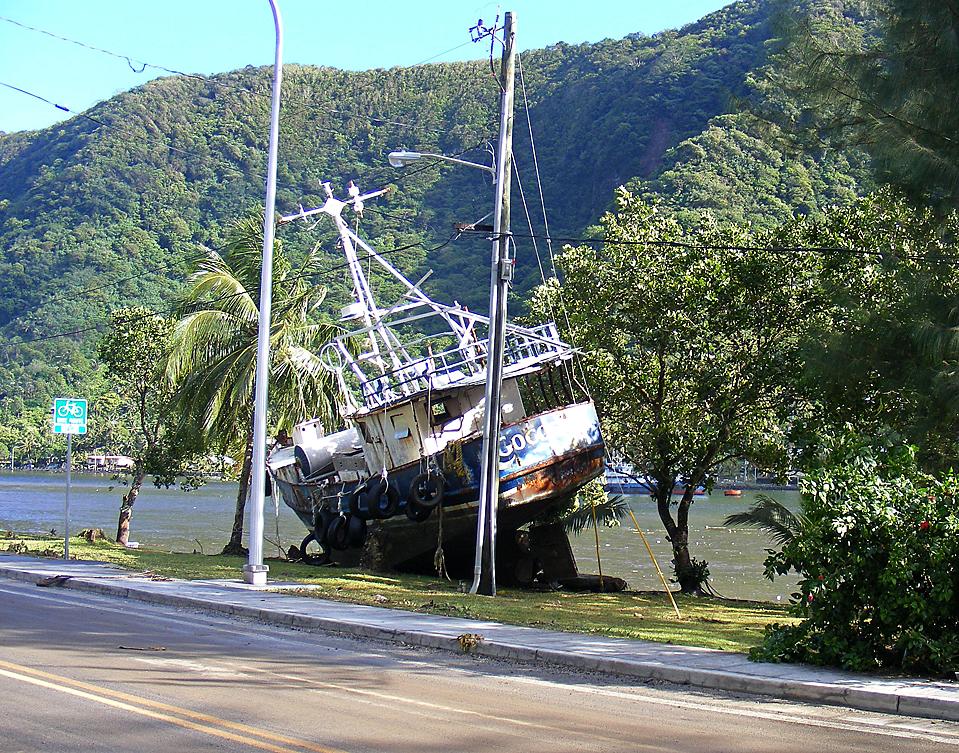 7) Судно вынесло на край шоссе в Фагатого, Американское Самоа, после мощного землетрясения, которое стало причиной цунами. Погибли, по меньшей мере, 99 человек. Четыре волны, доходящие в высоту до 6 метров, обрушились на берег. (Fili Sagapolutele/Associated Press)