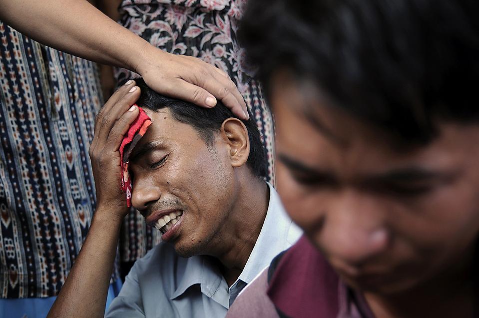 9) Балдхвой Таманг оплакивает свою жену, Кумари, которая погибла под завалами рухнувшего церковного здания в Дхаране, Непал. По меньшей мере, 23 человека погибли и десятки получили ранения, когда ненадежное, трехэтажное здание рухнуло во время христианского собрания. (Bijay Gajmer/myrepublica.com via Associated Press)