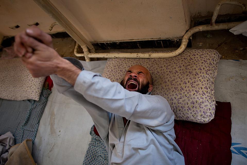 10) Героиновый наркоман Ганамгул мучается от ломок во время своей реабилитации, после 17 лет наркомании, в Кабульском наркологическом реабилитационном центре в Афганистане. В Центре была оказана помощь более чем 400 наркоманам с момента его его открытия в мае этого года. (Paula Bronstein/Getty Images)