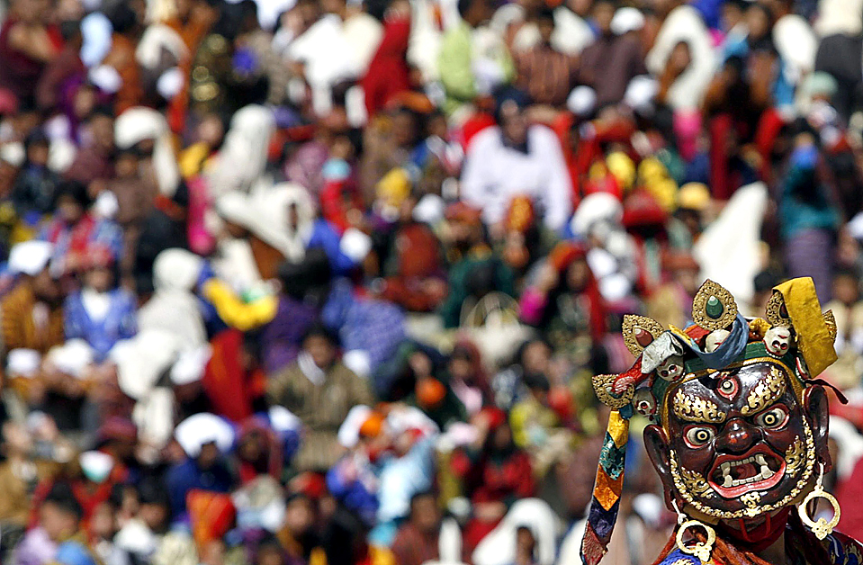 12) Танцовщик принимает участие в ежегодном празднике Цечу (Tsechu) в Тхимпху, Бутан. Этот праздник посвящен событиям в жизни Гуру Ринпоче (Драгоценного Мастера), основавшего тибетский буддизм и тантрическую школу буддизма в VIII веке. (Singye Wangchuk/Reuters)