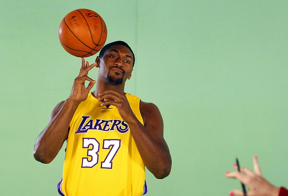 13) Игрок команды «Los Angeles Lakers'» Рон Артест готовится к показательном броску для телевидения во время съемочного дня команда НБА в Лос-Анджелесе. (Lucy Nicholson/Reuters)