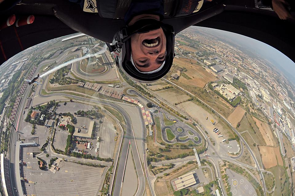 15) Испанский пилот MotoGP Дани Педроса во время полета над треком Формулы 1 Каталунья недалеко от Барселоны. (Bob Martin/Red Bull Air Race via Associated Press)