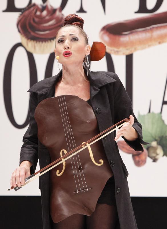 9. Модель в наряде из шоколада на открытии 15-ого ежегодного события «Salon du Chocolat de Paris» в Париже 13 октября 2009 года. (UPI Photo/David Silpa)
