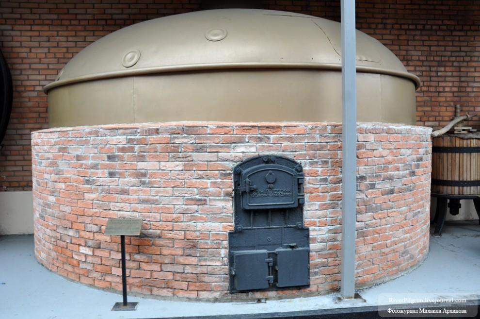 4) Сусловарочный котел с огневым подогревом - один из предметов уличной музейной экспозиции.
