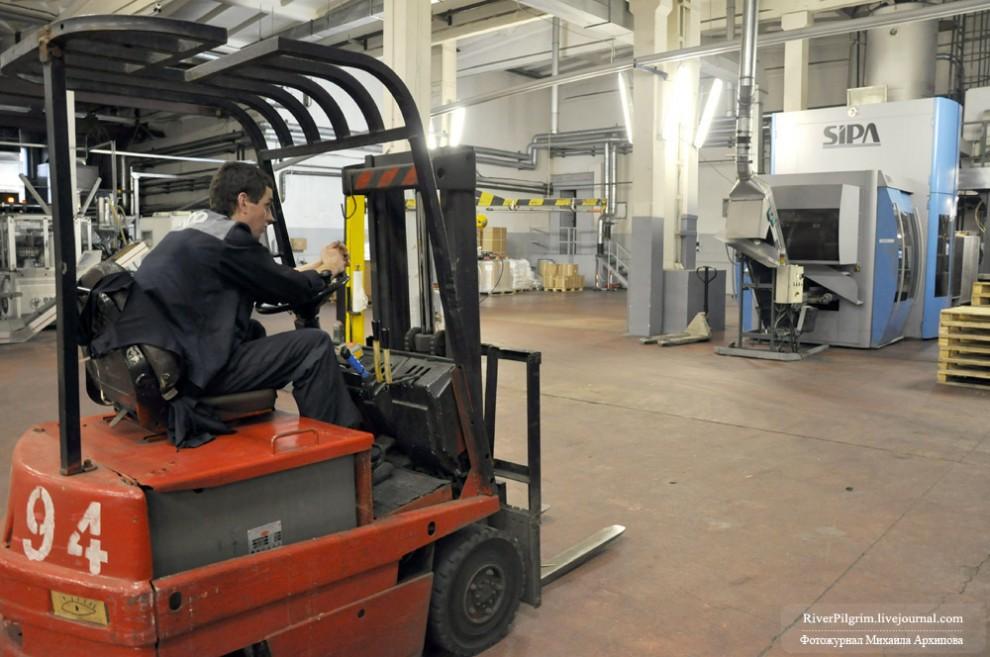 5) Наша экскурсия началась с посещения полимерного цеха, где происходит изготовление упаковки для напитков.