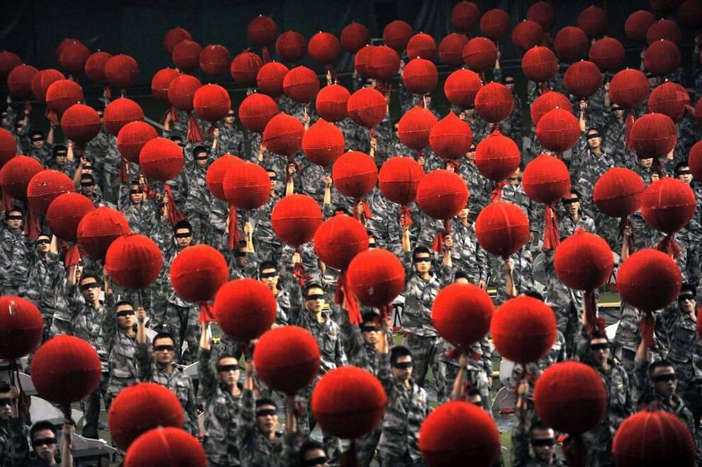 10) Солдаты Народной освободительной армии готовятся к параду на учебном полигоне в Пекине. (Zhou Chao/EPA)