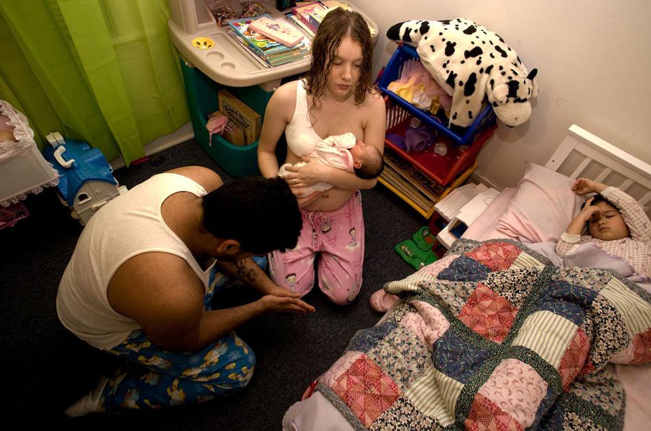 10) Дана, Али и дочка Али молятся перед сном в первую ночь, после того как новорожденного забрали из роддома.