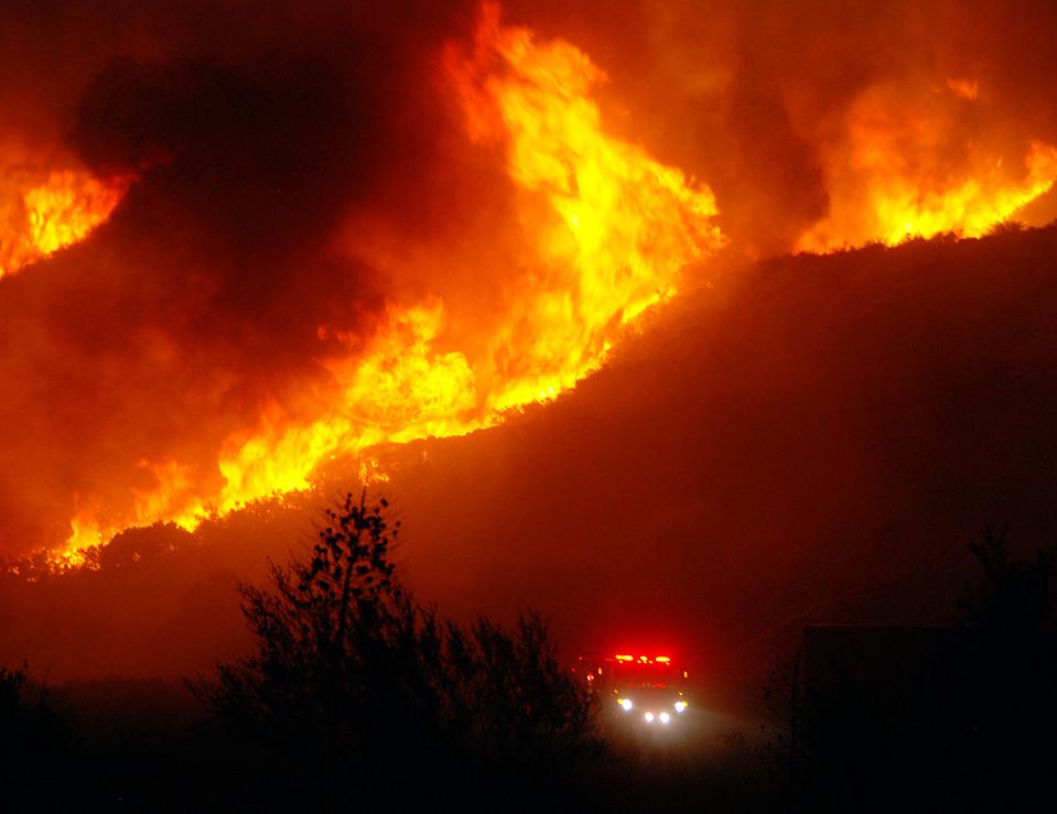 2) Пламя над хребетом в горах Сан-Габриэль, к востоку от Лос-Анджелеса, во время очередного лесного пожара, в результате которого выгорело 3,5 тысячи акров. (Mike Meadows/Associated Press)