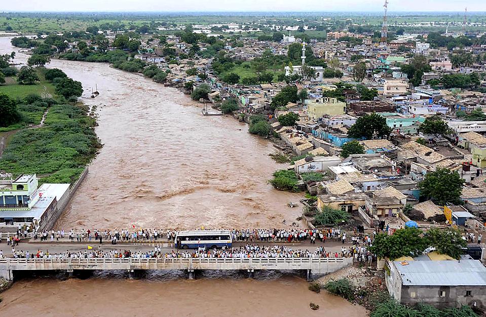 3) На снимке видно, как в районе Джеварджи Гульбарга (Jevargi Gulbarga) в южно-индийском штате Карнатака из-за паводка поднялся уровень воды в реке. В результате наводнения, вызванного проливными дождями, за последние пять дней на юге Индии погибли по меньшей мере 200 человек, были уничтожены посевы и десятки тысяч людей остались без крова. (Karnataka Government Information Dept./Reuters)