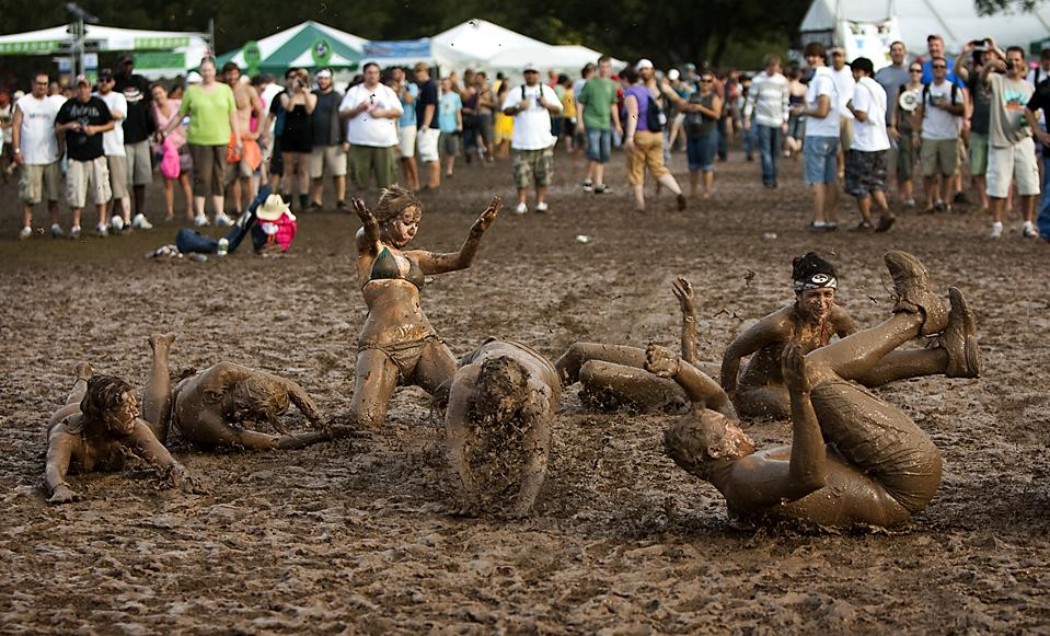 4) Люди в грязи на «Austin City Limits», музыкальном фестивале в Остине, штат Техас. (Jay Janner/Austin American-Stateman/Associated Press)
