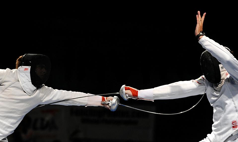 8) Россиянин Антон Авдеев, слева, выступает против испанца Хосе Луиса Абахо во время полуфинала чемпионата по фехтованию в Анталье. (Dimitar Dilkoff/AFP/Getty Images)
