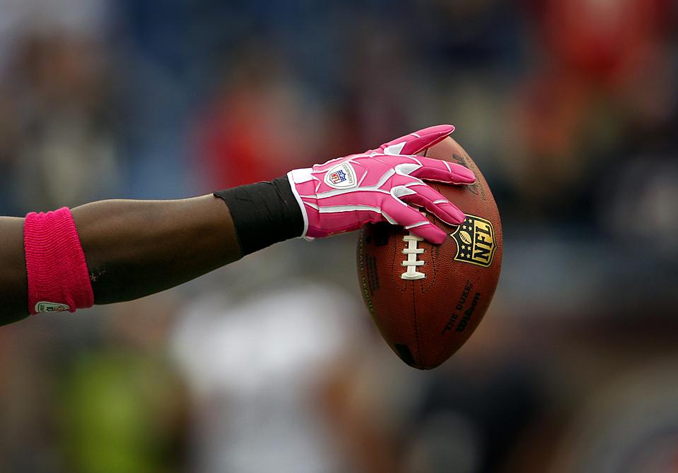 9) Защитник команды «Baltimore Ravens» ЛеРон МакМлейн в розовых перчатках, которые надел на разминку специально  в честь проведения недели пропаганды профилактики рака молочной железы. Снимок сделан во время разминки перед футбольной игрой NFL против команды  «New England Patriots» в Фоксборо, штат Массачусетс. (Brian Snyder/Reuters)