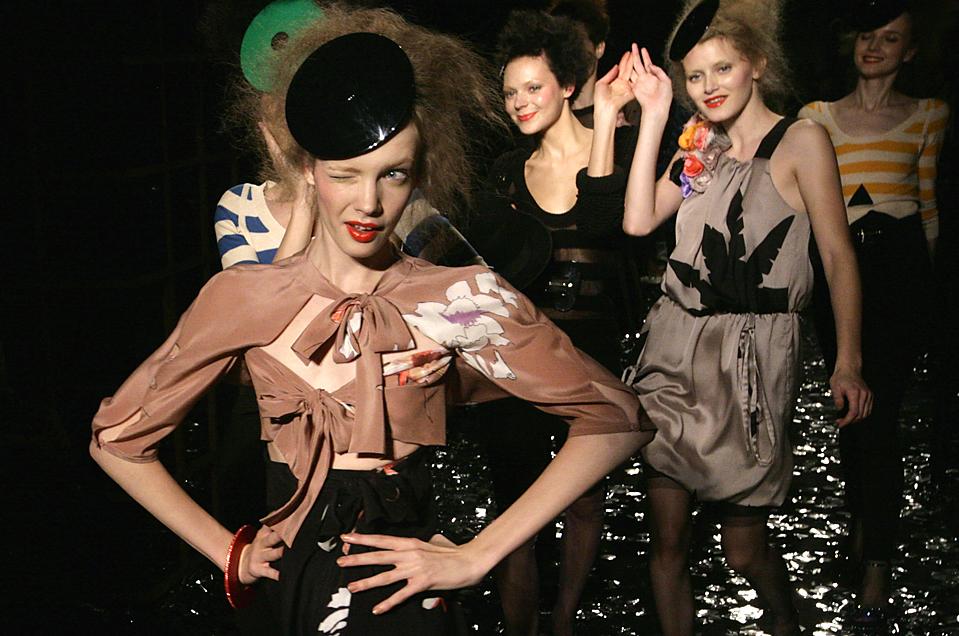 15) Модель в наряде французского дизайнера Сони Рикель во время модного показа коллекции «Sonia Rykiel» весна-Лето 2010 в Париже. (Jacques Brinon/Associated Press)