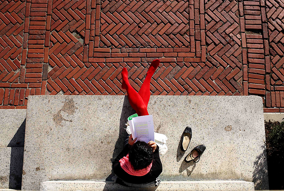 1) Студентка читает, сидя на пороге у главного кампуса Колумбийского университета в Нью-Йорке. (Mike Segar/Reuters)