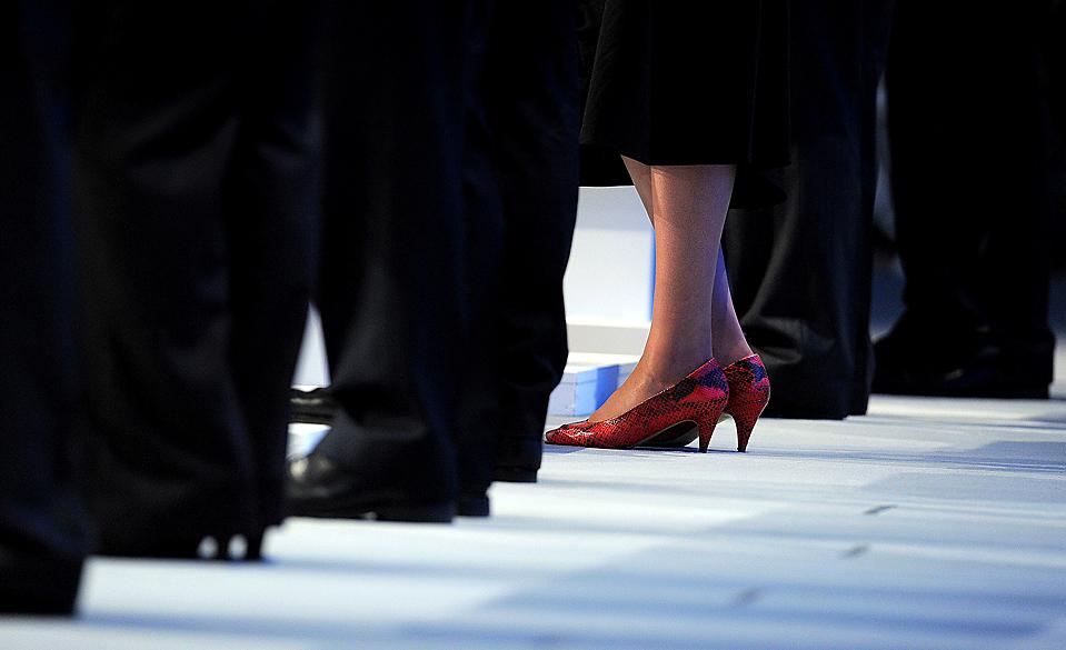 2) Государственный секретарь по вопросам труда и пенсий Тереза Май стоит на красных каблуках среди своих коллег-мужчин на конференции Консервативной партии в Манчестере, Англия. (Andrew Yates/Agence France-Presse/Getty Images)