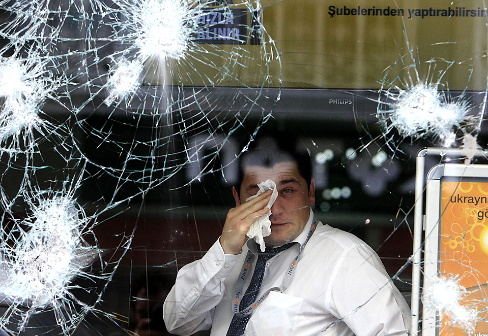 3) Мужчина, надышавшийся слезоточивого газа, протирает глаза. Для разгона сотен протестующих выступающих  в Стамбуле против Международного валютного фонда и Всемирного банка полиция использовала газ, перцовый аэрозоль и водяные пушки. Было задержано более 70 демонстрантов, некоторые из которых несли с собой бутылки с зажигательной смесью. (Osman Orsal/Reuters)