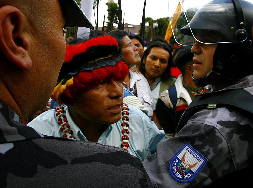 5) Полиция блокирует участника акции протеста у президентского дворца в Кито, Эквадор. Эквадорские индейцы собрались на митинг, выступая против возможной приватизации водных ресурсов и изменений водного законодательства. (Pablo Cozzaglio/Agence France-Presse/Getty Images)